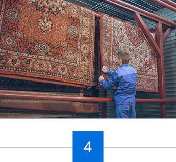 Facharbeiter prueft Teppich