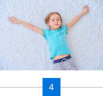 Kind liegt auf repariertem Teppich