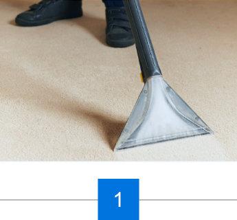Der Teppichboden wird mit dem Bürstensauger vorbehandelt