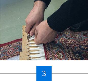 Experte repariert Teppichfransen